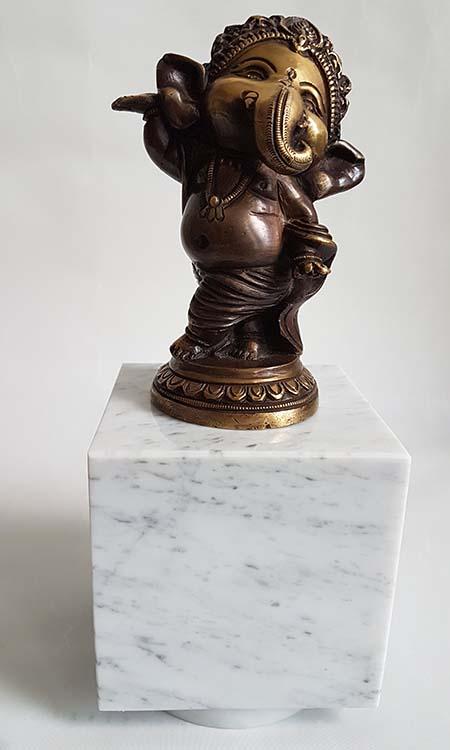 Baby Ganesh Urn - Beeldje op Witmarmer Assokkel (0.3 liter)