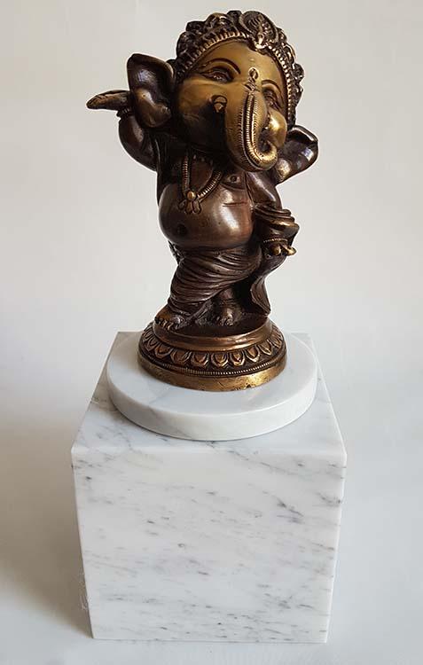 Baby Ganesh Dierenurn - Beeld op Witmarmer Assokkel (0.3 liter)