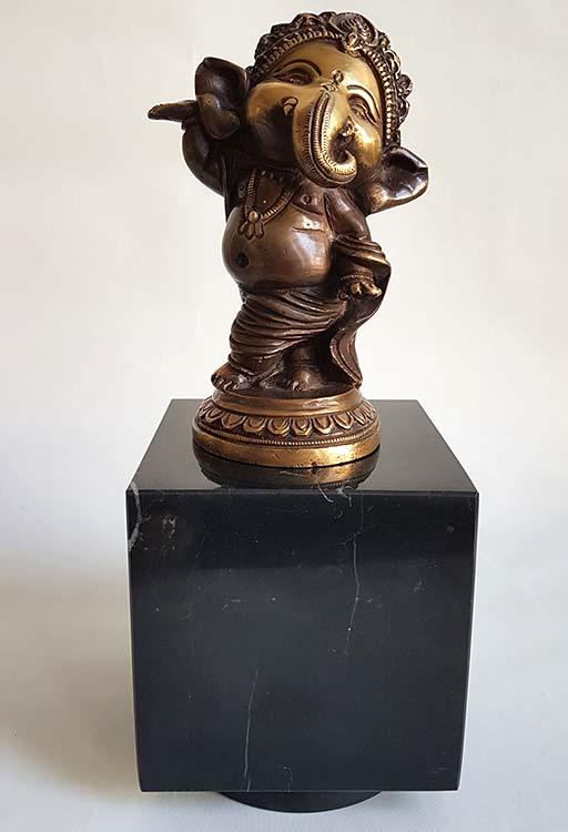 Baby Ganesh Urn - Beeldje op Zwartmarmer Assokkel (0.3 liter)