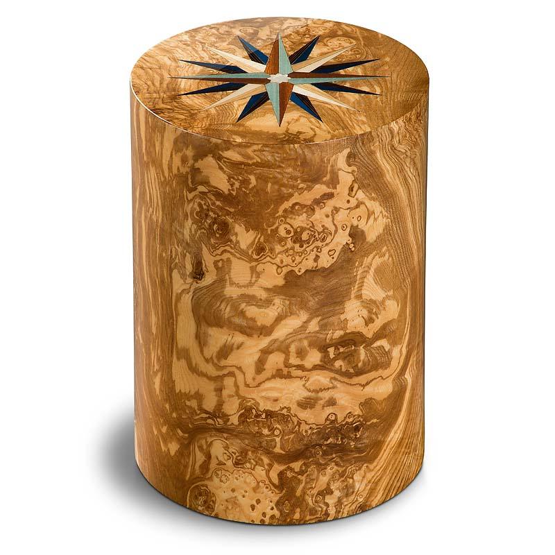 https://grafdecoratie.nl/photos/Houten-urn-cilinder-olijf-pisa-windroos-URPXX55L.JPG