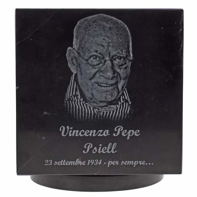 https://grafdecoratie.nl/photos/Marmer-Cubos-urn-fotogravure-zwartwit-man.jpg