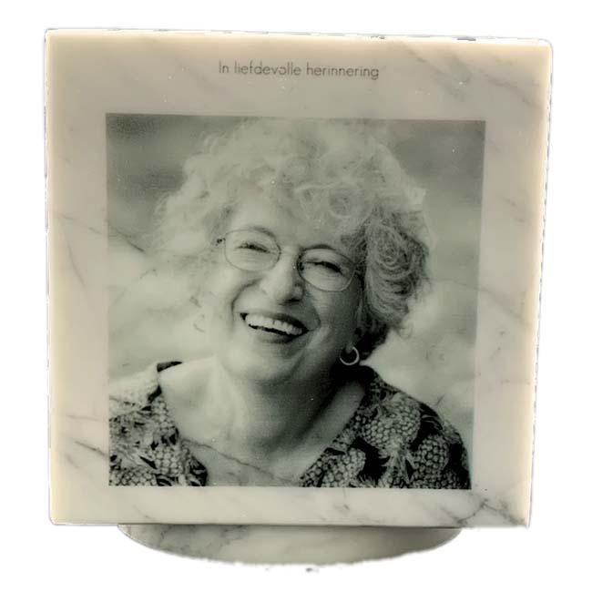 https://grafdecoratie.nl/photos/Marmer-Cubos-urn-fotogravure-zwartwit-overledene-2.jpg