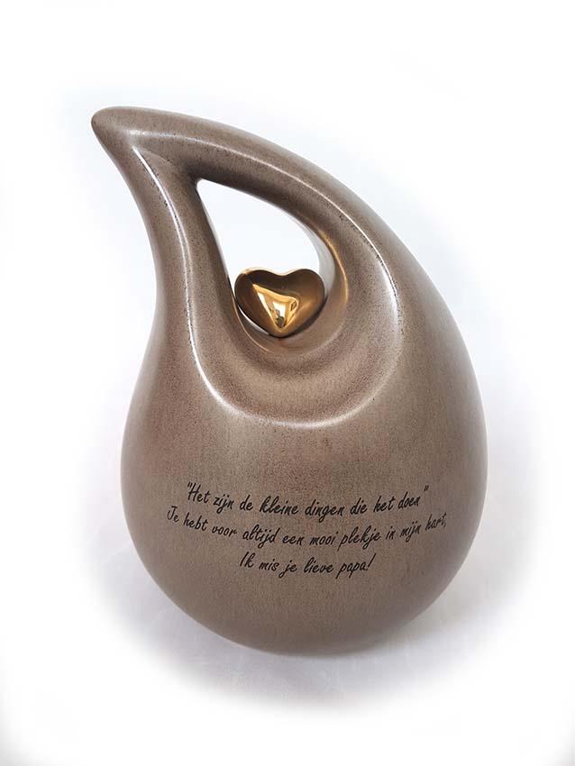 https://grafdecoratie.nl/photos/Mini-Keramische-Urn-700-gram-as-gravure-lieve-papa-urnwebshop.JPG