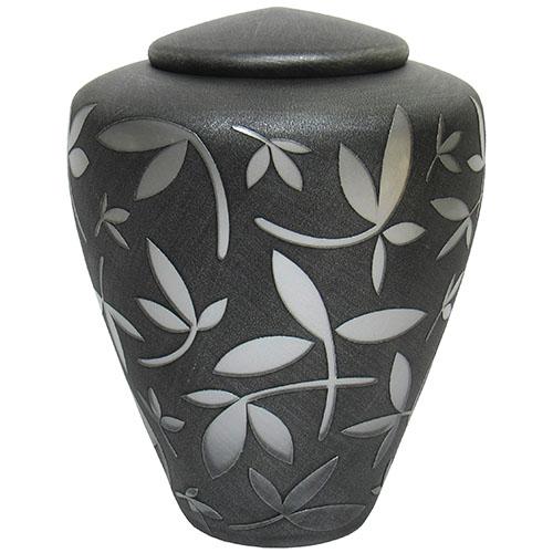 https://grafdecoratie.nl/photos/Uver3-glazen-Manzini-urn-matzwart-zilveren-sierbladeren.jpg