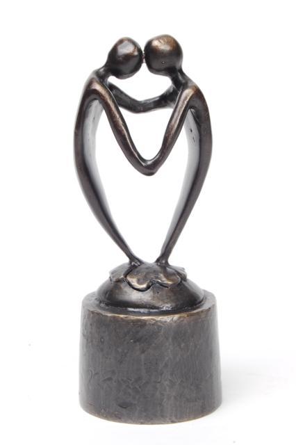 https://grafdecoratie.nl/photos/asbeeld-kleine-urn-miniurn-door-het-hart-verbonden-13cm-verbronsd-ABNL70050.JPG