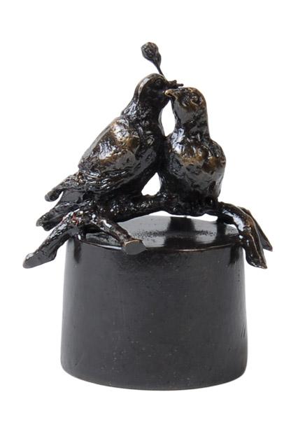 https://grafdecoratie.nl/photos/asbeeld-kleine-urn-miniurn-eeuwige-liefde-verbronsd-ABNL70152.JPG