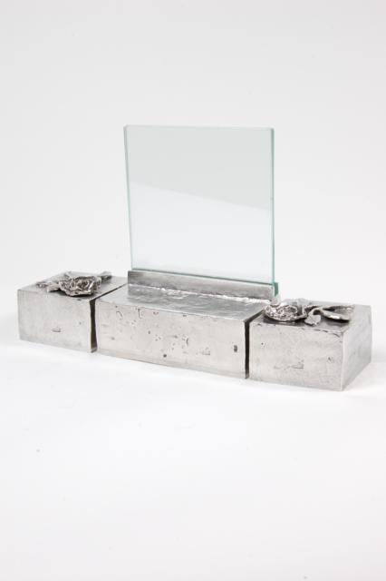 https://grafdecoratie.nl/photos/asbeeld-kleine-urn-miniurn-fotolijst-effen-roos-3delig-zilvertin-ABNL70067.JPG