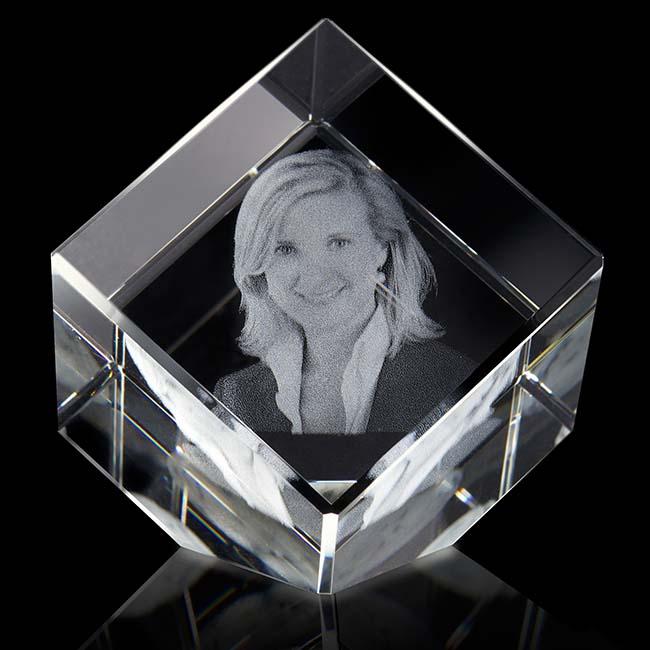 https://grafdecoratie.nl/photos/grootste-kristalglazen-gedenkglas-kubus-lasergravure-kubus101010G.JPG
