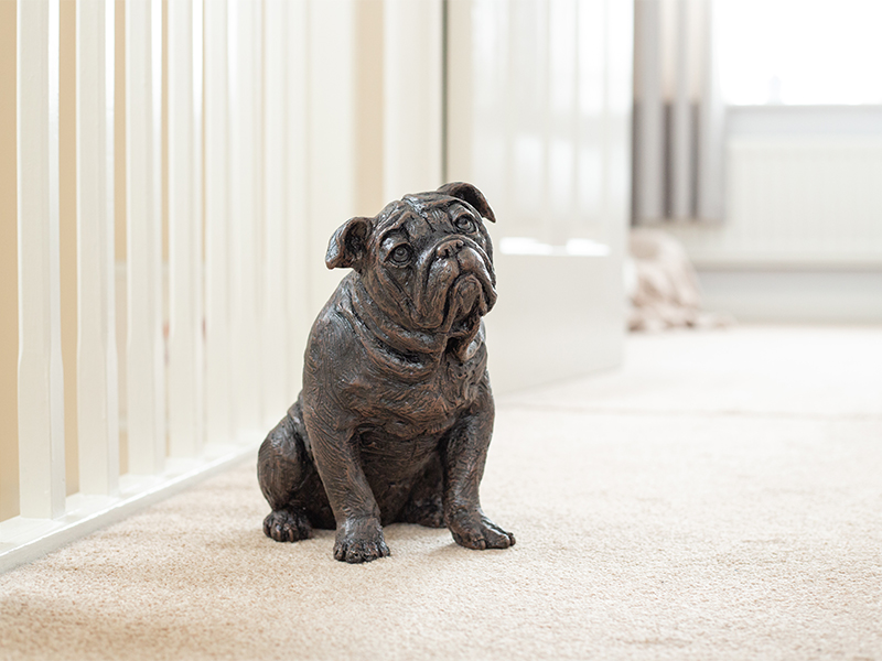 Hondenurn of Asbeeld zittende Bulldog (2 liter)