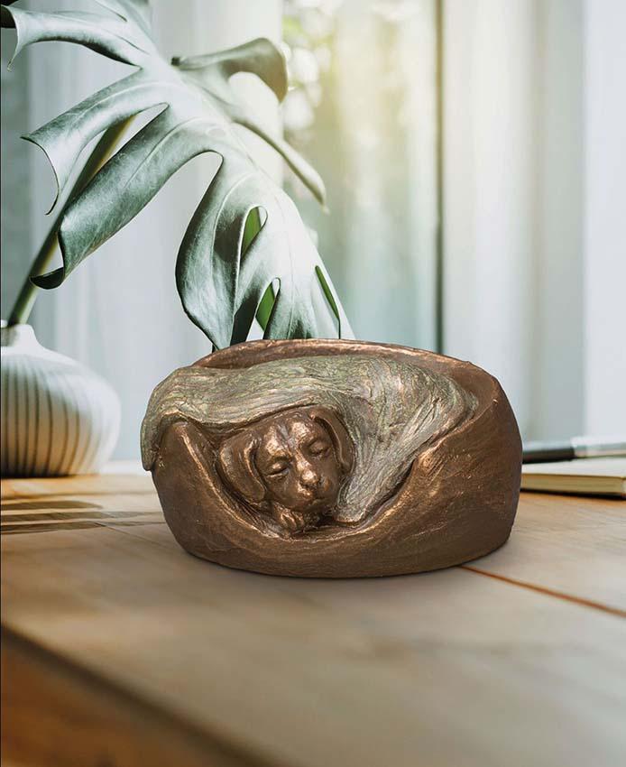 Keramische Hondenurn Eeuwige Slaap in Mand (0.7 liter)