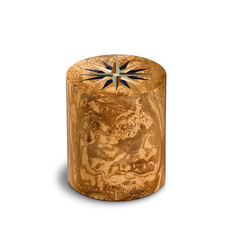 https://grafdecoratie.nl/photos/houten-urn-cilinder-olijf-pisa-windroos-URCOP11L.JPG