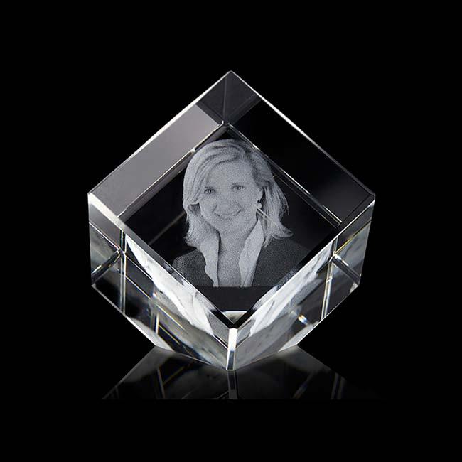 https://grafdecoratie.nl/photos/klein-kristalglazen-gedenkglas-kubus-lasergravure-kubus555G.JPG