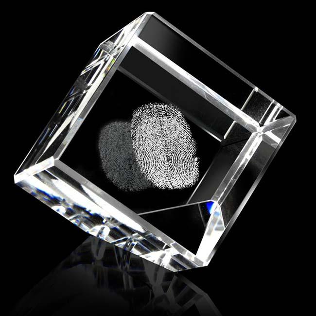 Gekantelde Kristalglas Kubus met Lasergravure (10 cm.)