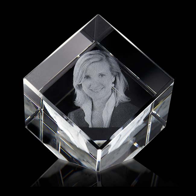 https://grafdecoratie.nl/photos/mediumgrote-kristalglazen-gedenkglas-kubus-lasergravure-kubus888G.JPG