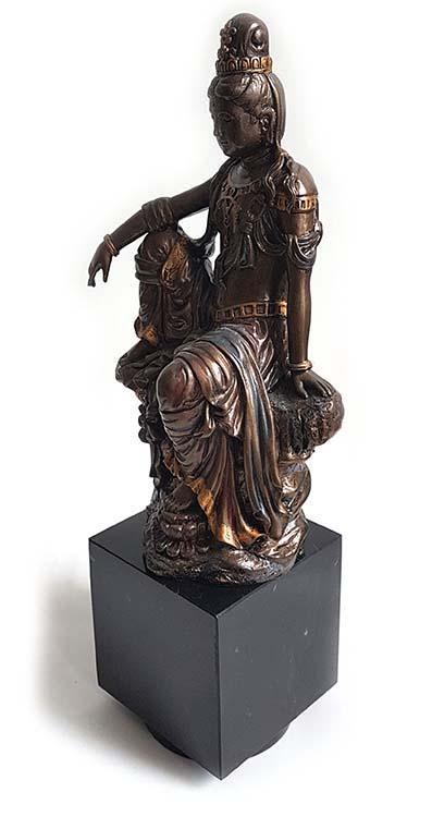 Bronzen Kwan Yin Beeld op Cubos Assokkel (0.3 liter)