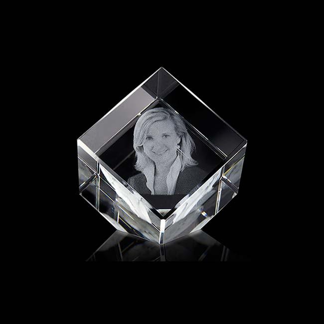 https://grafdecoratie.nl/photos/mini-kristalglazen-gedenkglas-kubus-lasergravure-kubus444G.JPG